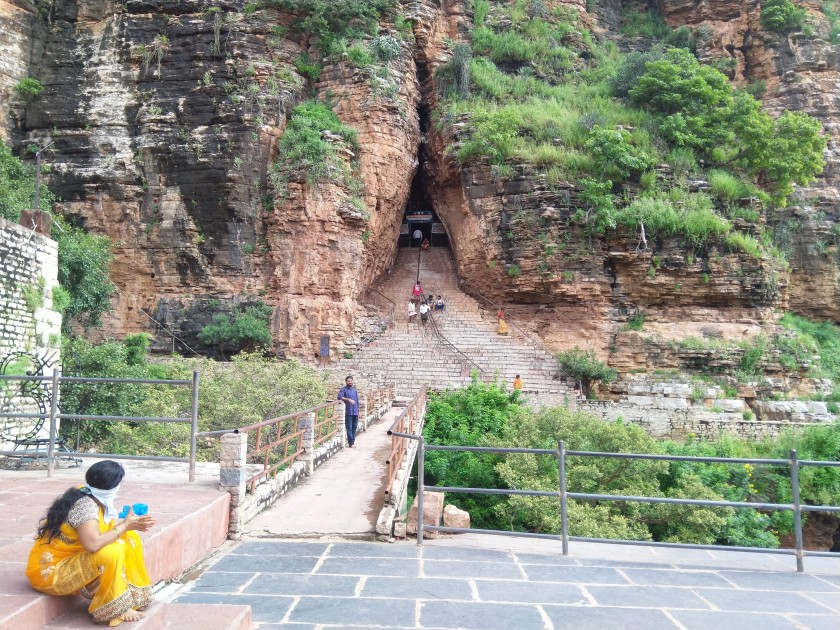 The path leading to the three caves